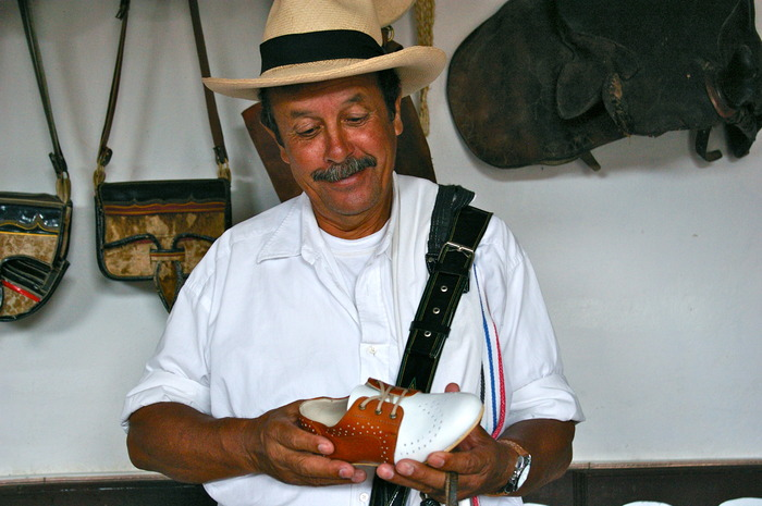 A Colombian coffee maker admires the Mamahuhu Oxford (Cafe Brown)