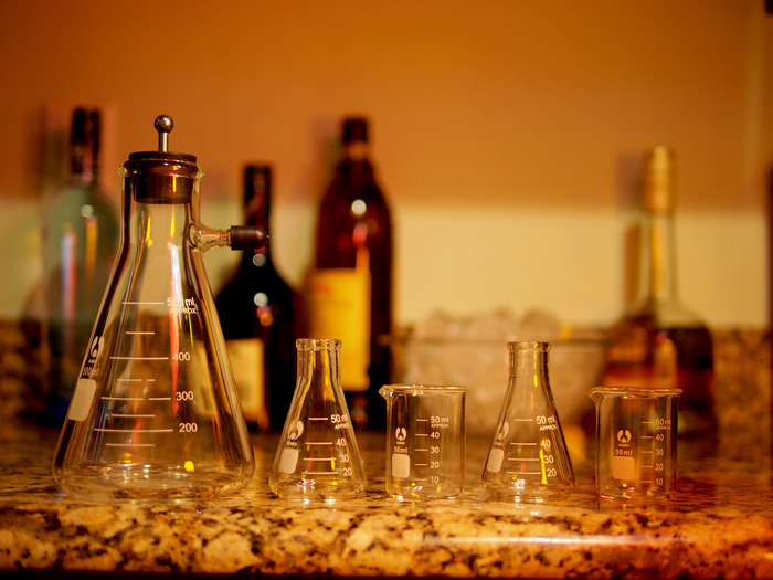 Cocktail Shaker in shot configuration with two mini beakers and two mini flasks