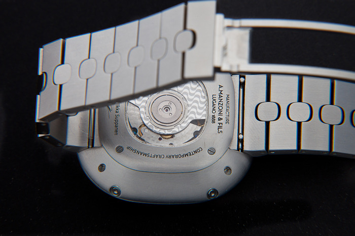 Backshot of the watch with engraving of Côtes de Copacabana on oscillating mass, rapid exchange mechanism bracelet