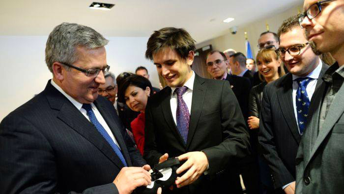 Kamil Adamczyk is handing over the smart sleep mask to the President
