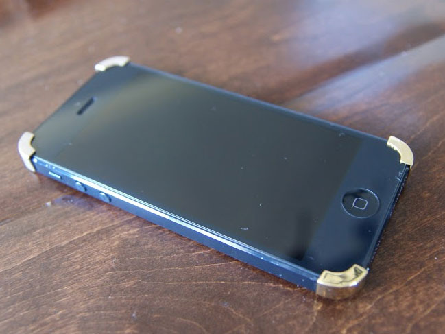 iPhone 5 showing first prototypes (without chamfer and cutaways) - still looks sharp