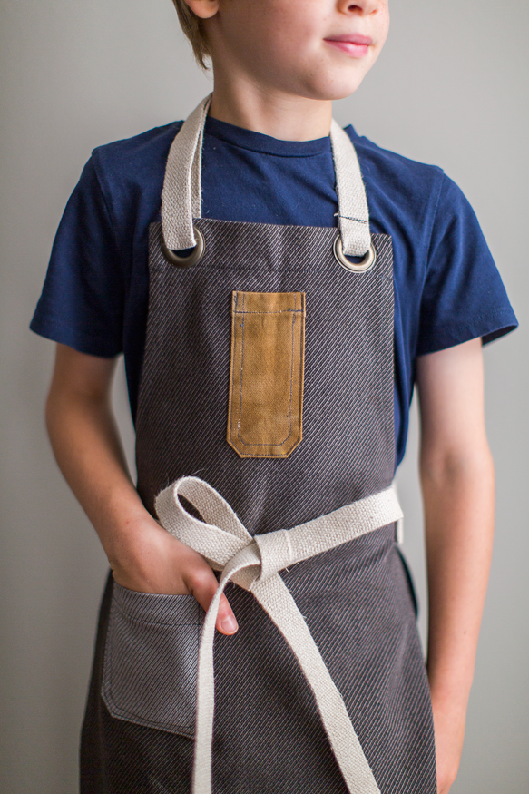 Kid's apron in Cinnamon